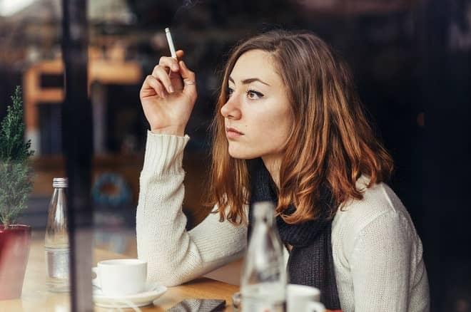 femme avec une cigarette