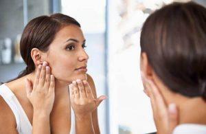 femme nettoyant le visage