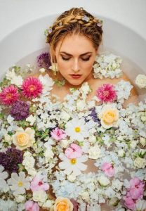 femme dans un pot de fleurs