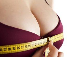 gros seins féminins avec un mètre autour d'eux