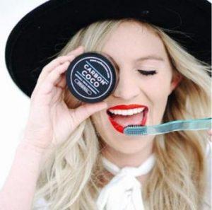 Carbon Coco, une fille avec une brosse à dents