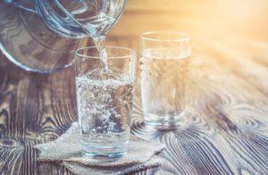carafe et verres d'eau