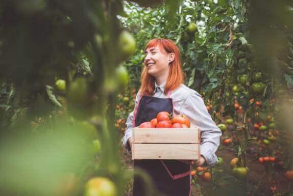 femme avec des tomates