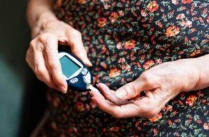 femme mesure la glycémie