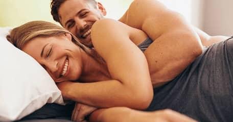 Couple au lit embrassé
