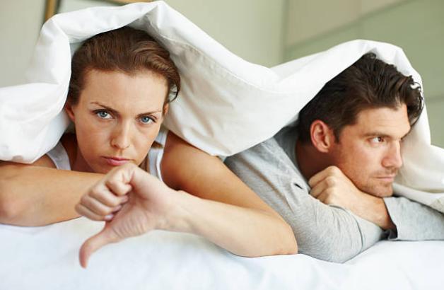homme et femme au lit