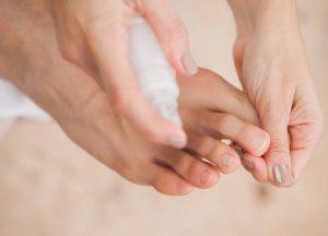 utilisation d'un spray frais pour les doigts