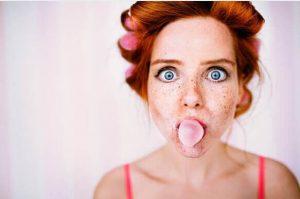 fille avec des rouleaux, chewing-gum