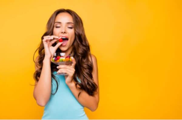 une femme accro aux sucreries