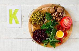 aliments contenant du potassium sur un plateau - pois, noix, tomates, lentilles