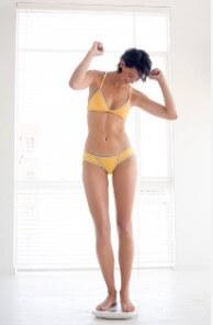 perte de poids, femme sur la balance, joyeuse