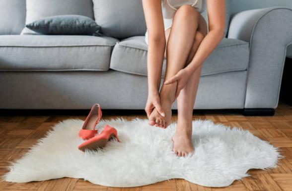 Magneto 500 plus, femme aux pieds nus dans le salon