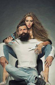 une femme coupe les cheveux d'un homme