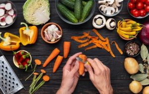 légumes, éplucher les carottes avec une râpe