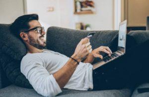 homme, carte, ordinateur portable