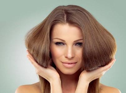une femme avec de beaux cheveux