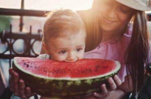 bébé mange de la pastèque
