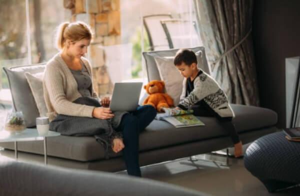 femme, enfant, ordinateur portable, bureau à domicile