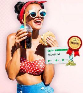 Reduslim, une femme boit du cola et mange un sandwich