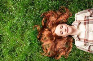 femme dans l'herbe