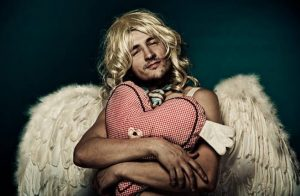 homme Cupidon, perruque blonde, coeur, ailes d'ange