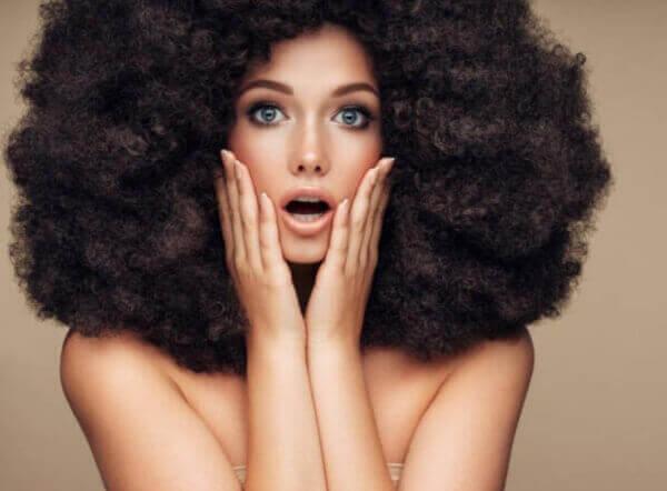 une femme aux cheveux luxuriants et épais