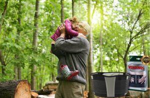 Vendinos, un adulte et un petit enfant dans les bois