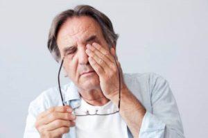 une personne souffrant de douleurs oculaires