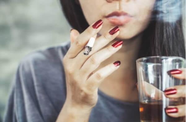 mauvaises habitudes, femme, alcool, cigarettes