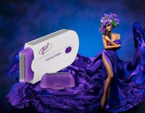 Yes Finishing Touch, une femme en robe violette