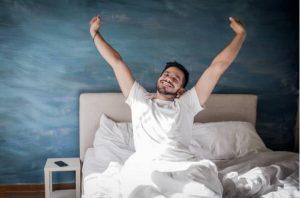 Un homme au lit après un sommeil sain